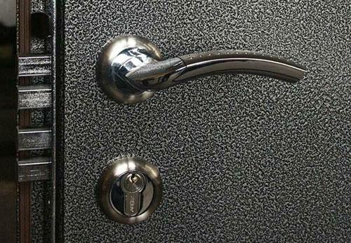 молотковое покрытие на металлические двери